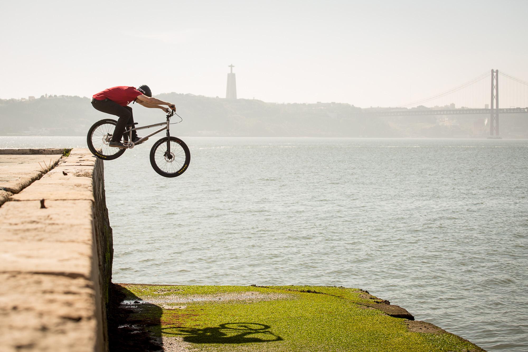 Dominik Raab macht einen hohen Drop im Hafen von Lissabon