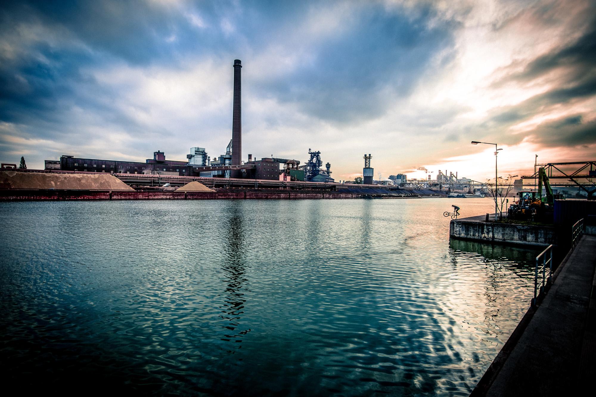 Dominik Raab macht einen Footjam Whip im Hafen von Linz