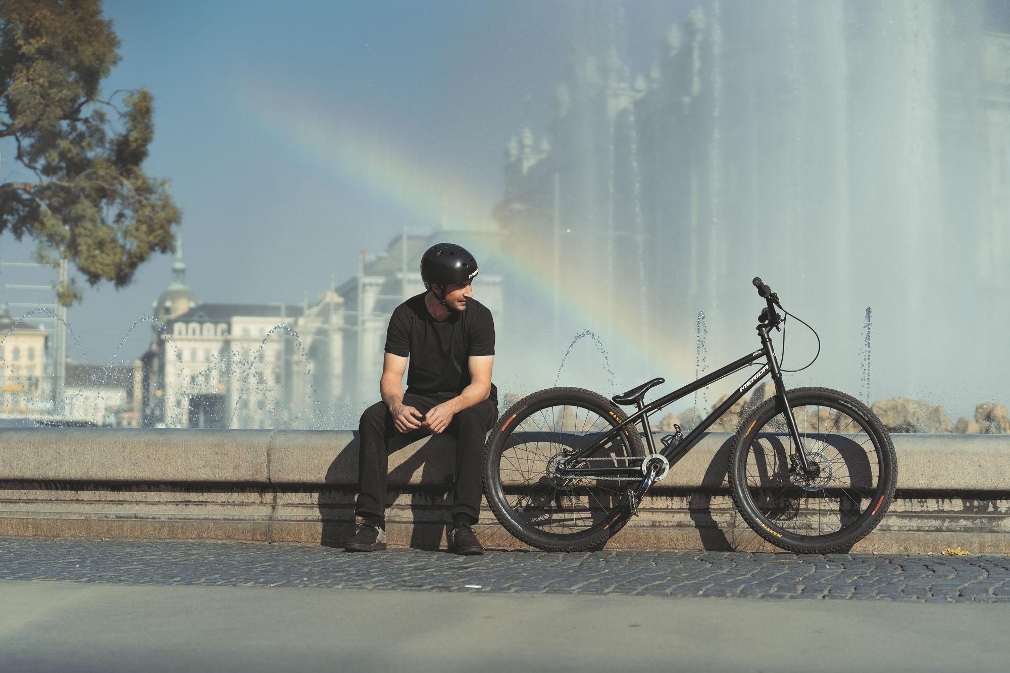 Dominik sitzt beim Brunnen am Schwarzenbergplatz