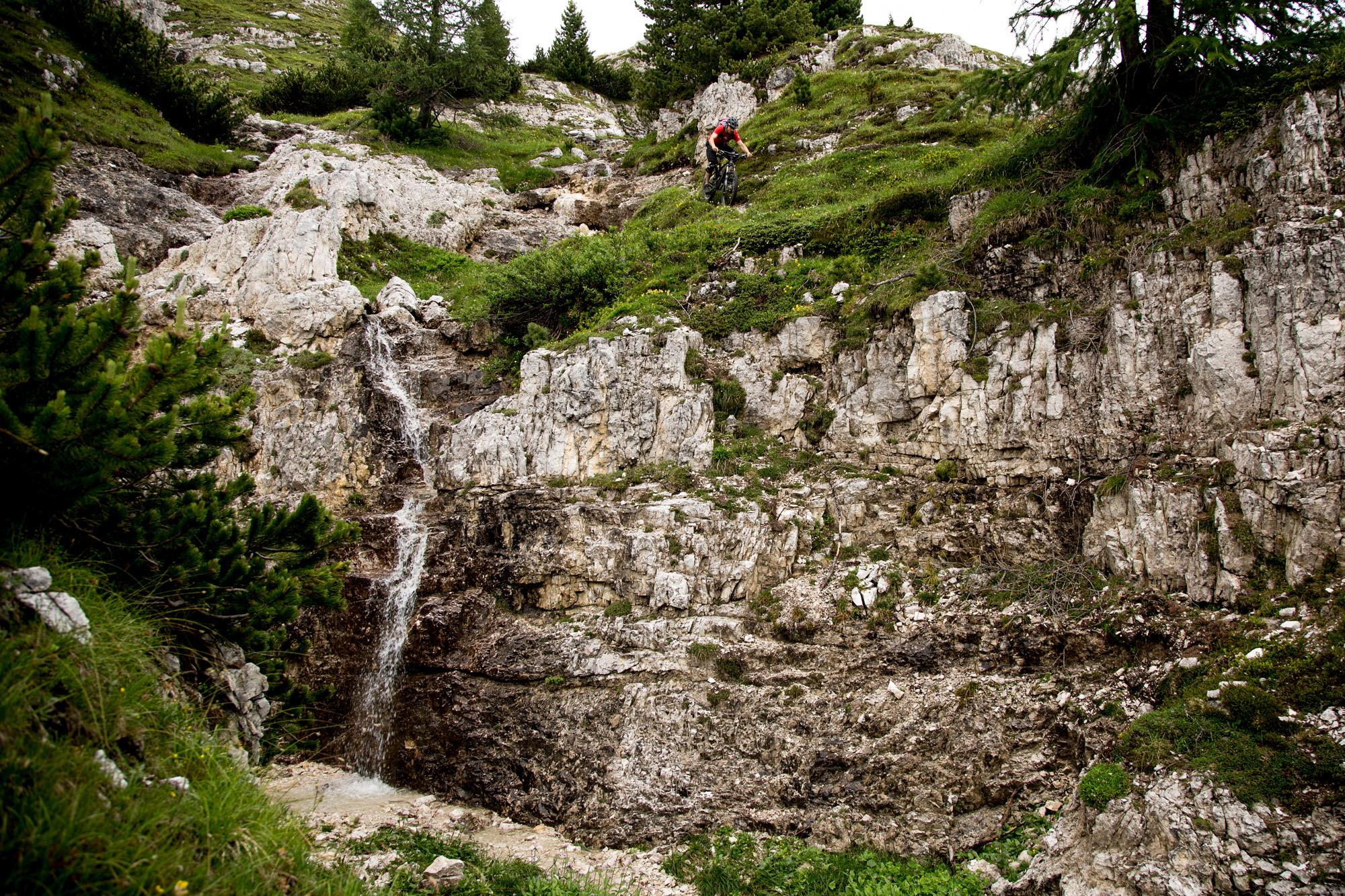 Dominik Raab fährt einen Wanderweg