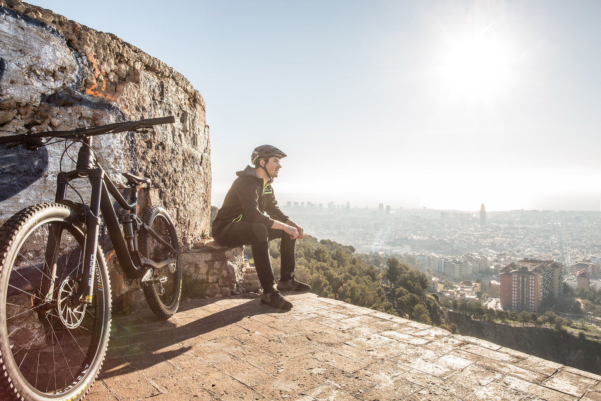 Dominik Raab geniesst den Ausblick über Barcelona