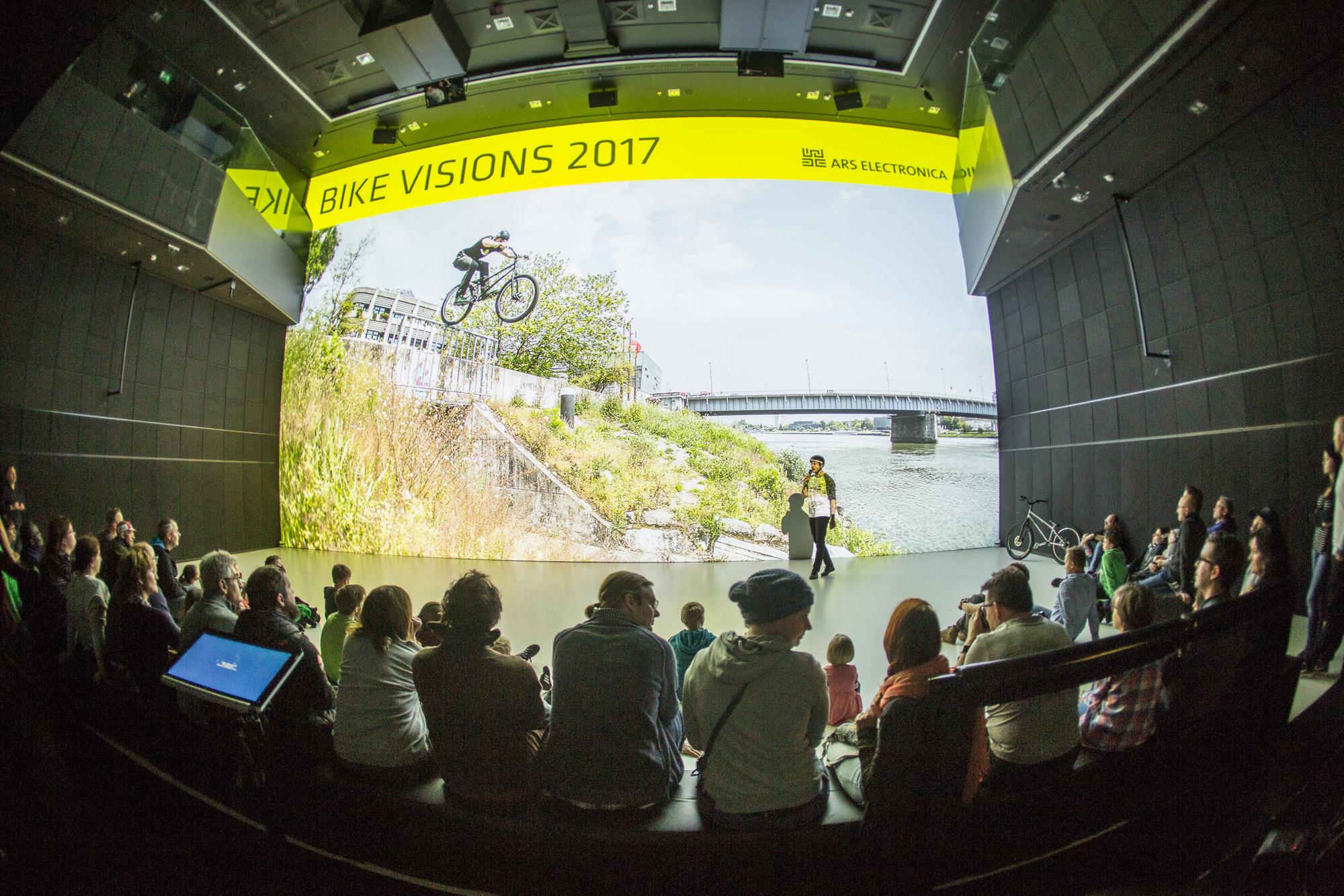 Dominik Raab zeigt Videos und führt Tricks im AEC Linz vor