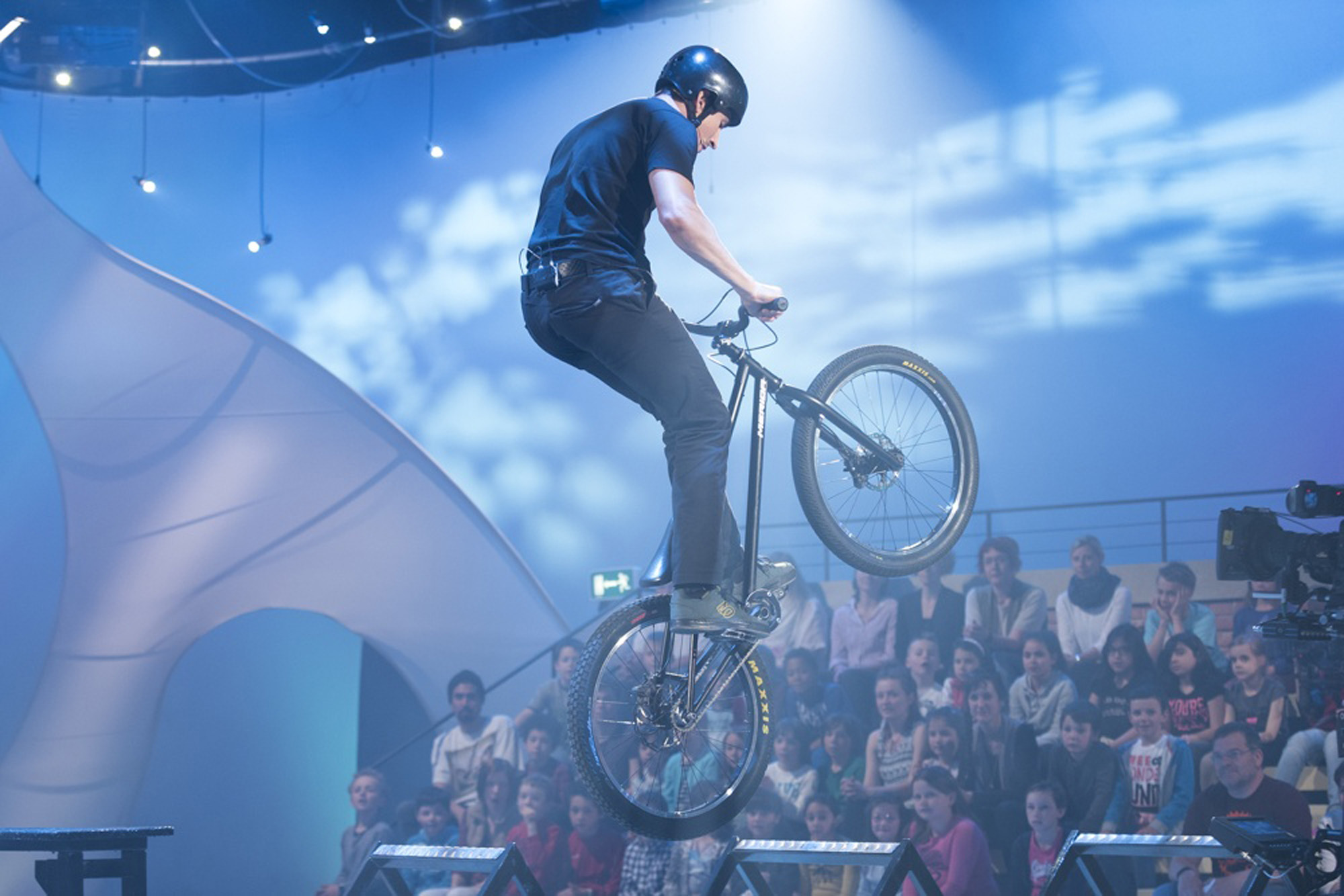 Dominik Raab springt am Hinterrad im Fernsehen