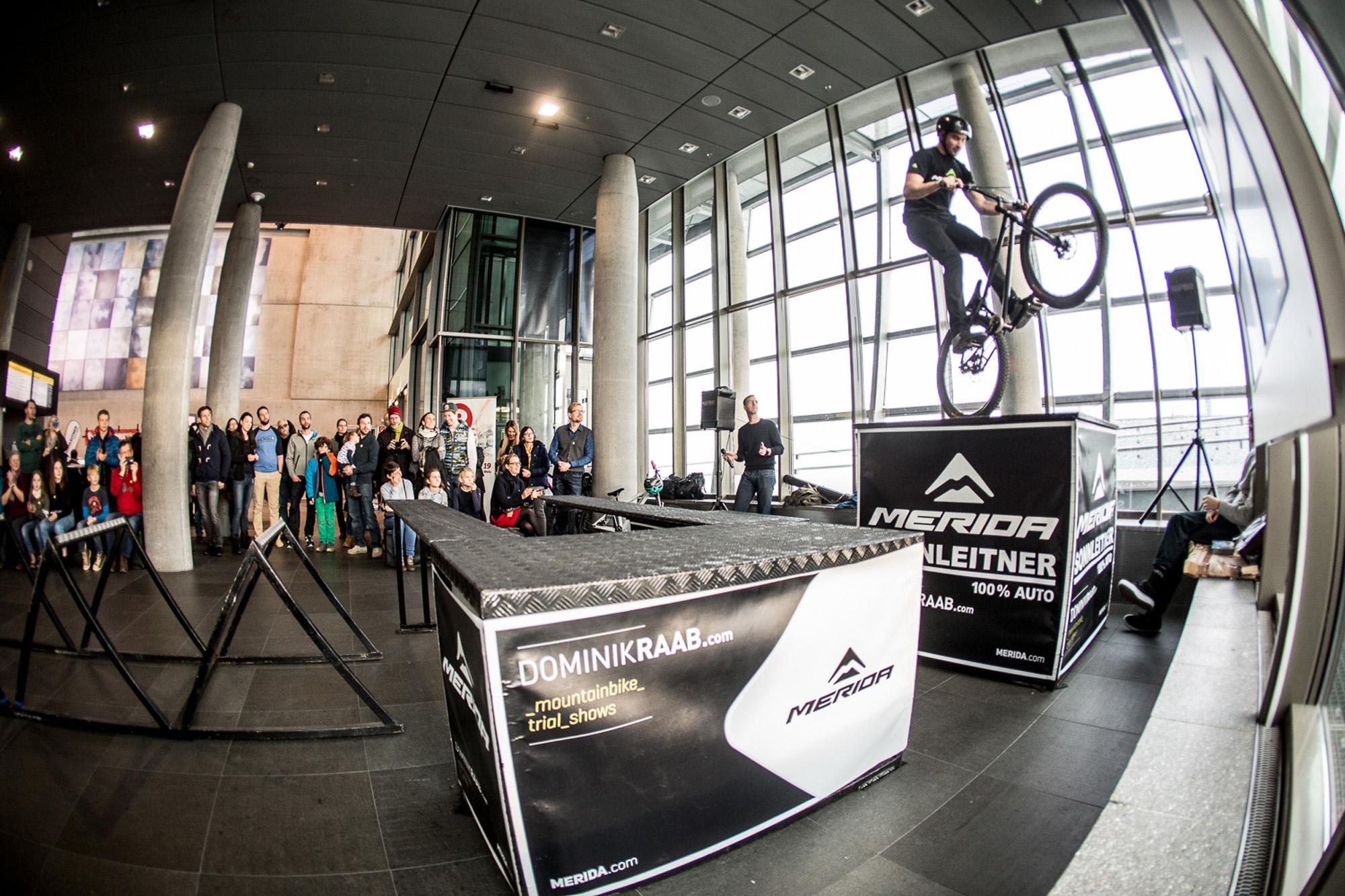 Dominik Raab hüpft am Hinterrad bei seiner Show