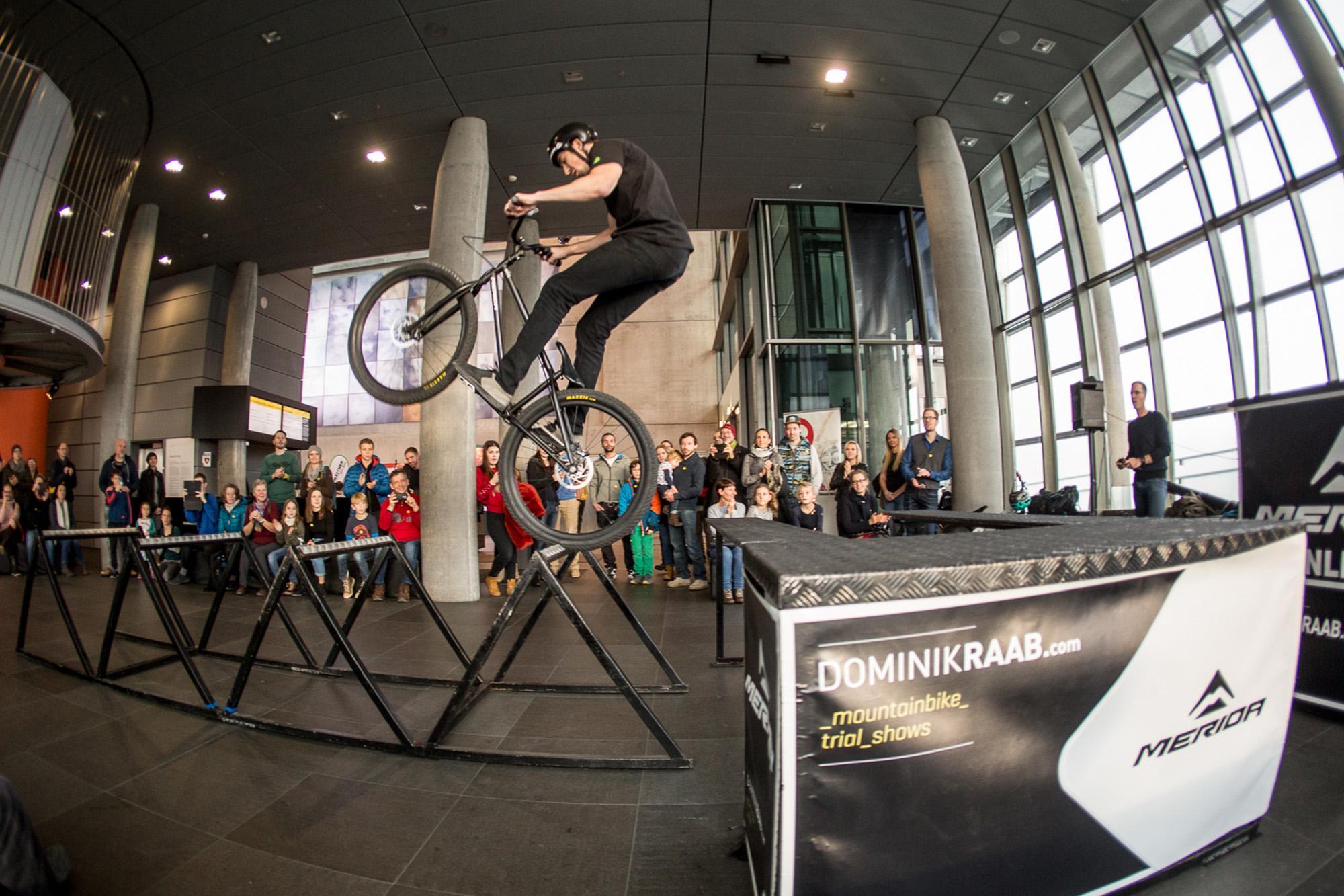 Dominik Raab fährt eine Show