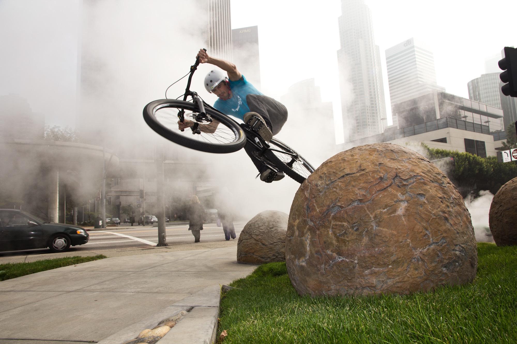 Dominik Raab springt mit dem Hinterrad gegen einen Felsen in Los Angeles