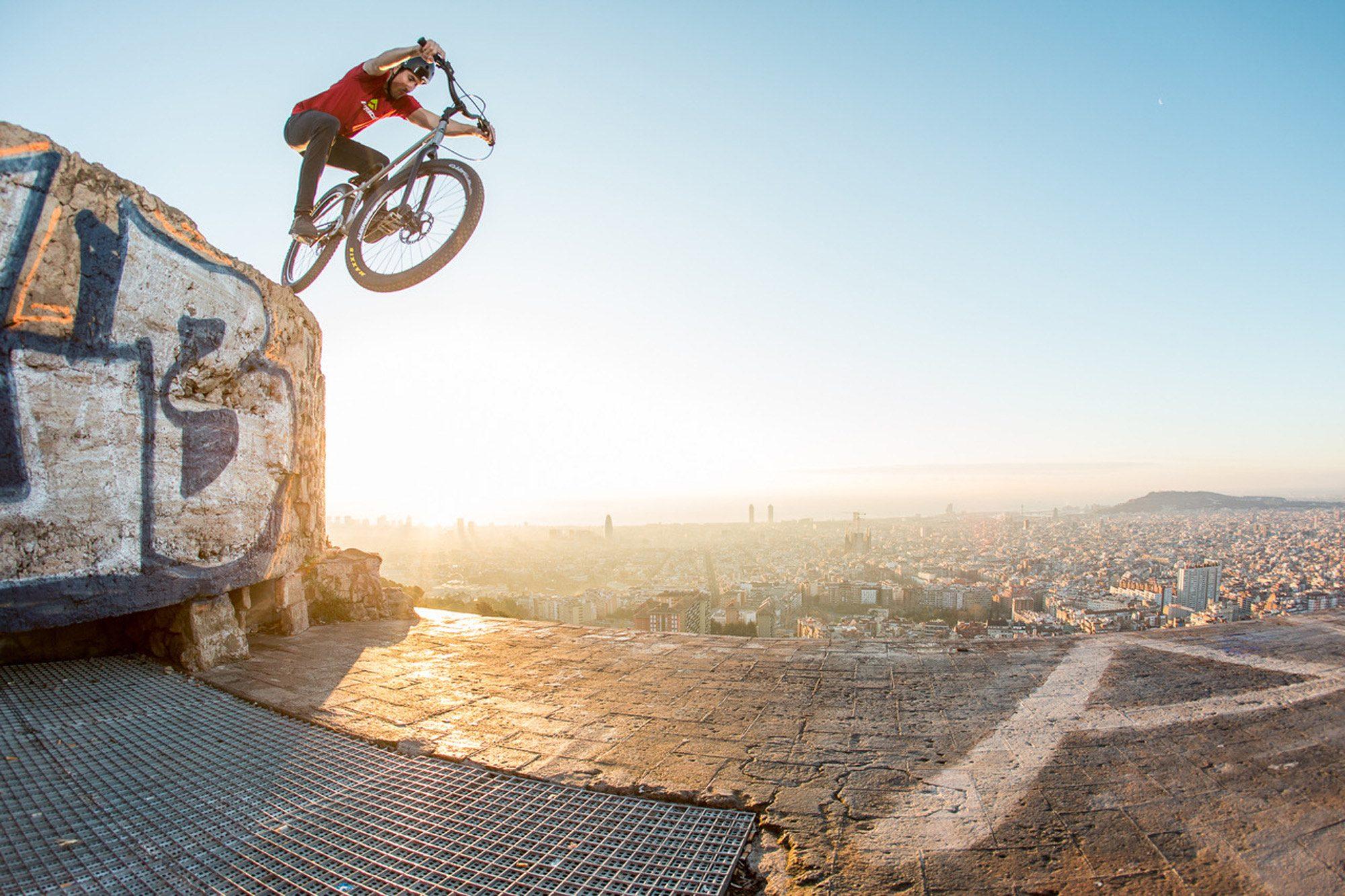 Dominik Raab testet sein Trialbike in Barcelona