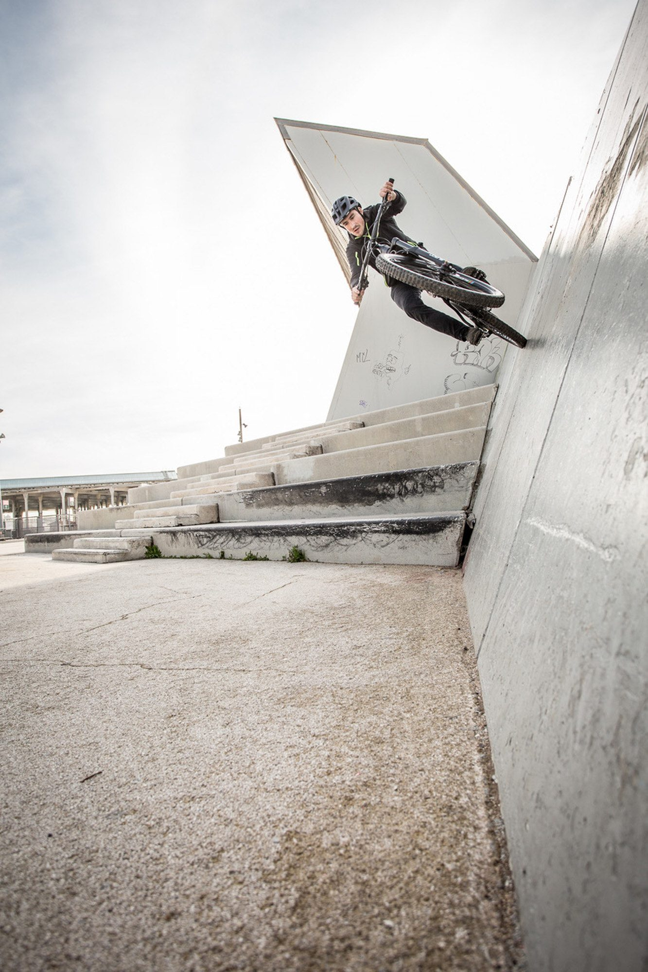 Dominik Raab springt mit dem Mountainbike gegen eine Wand