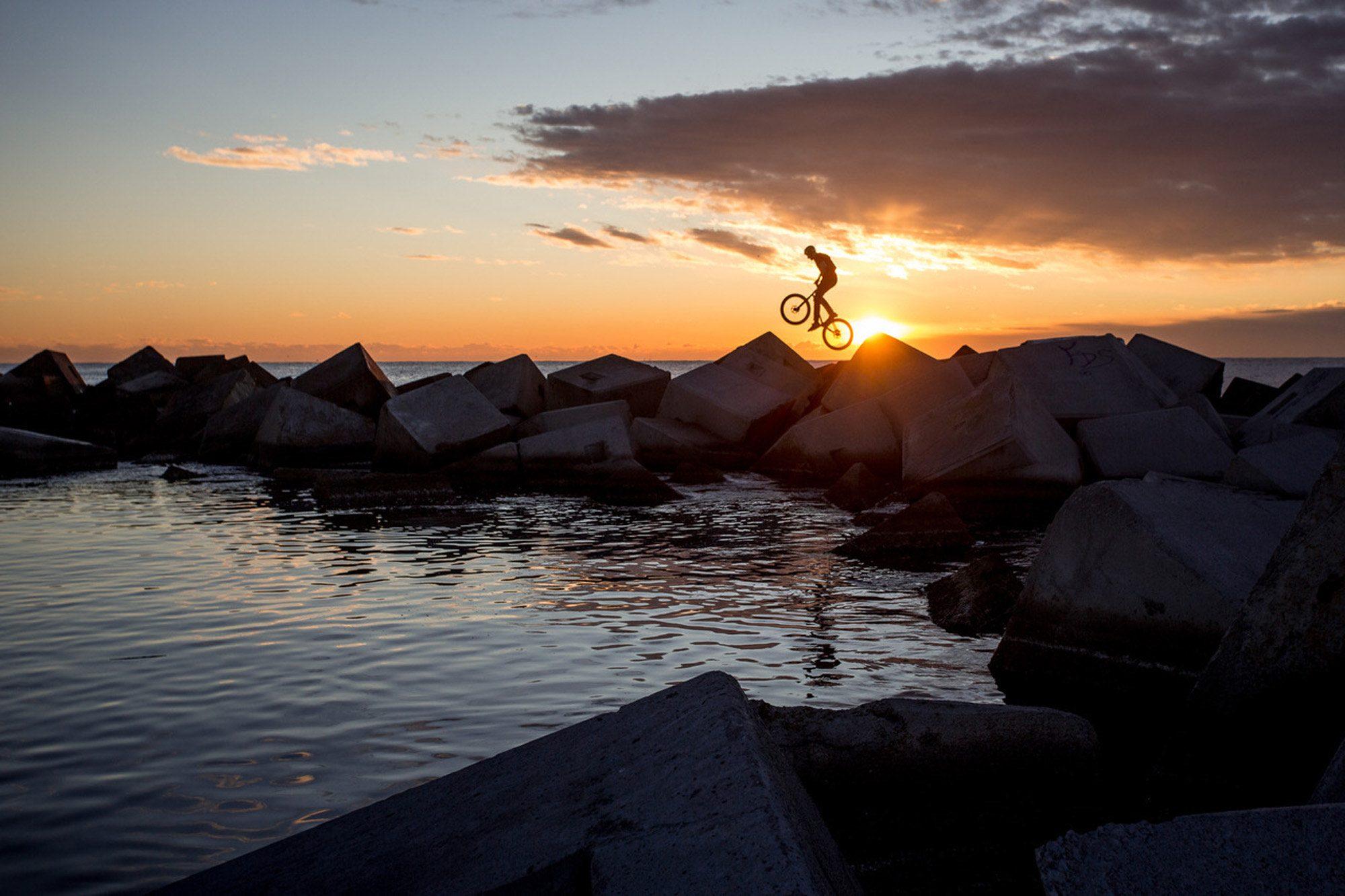 Dominik Raab beim Radfahren im Hafen von Barcelona