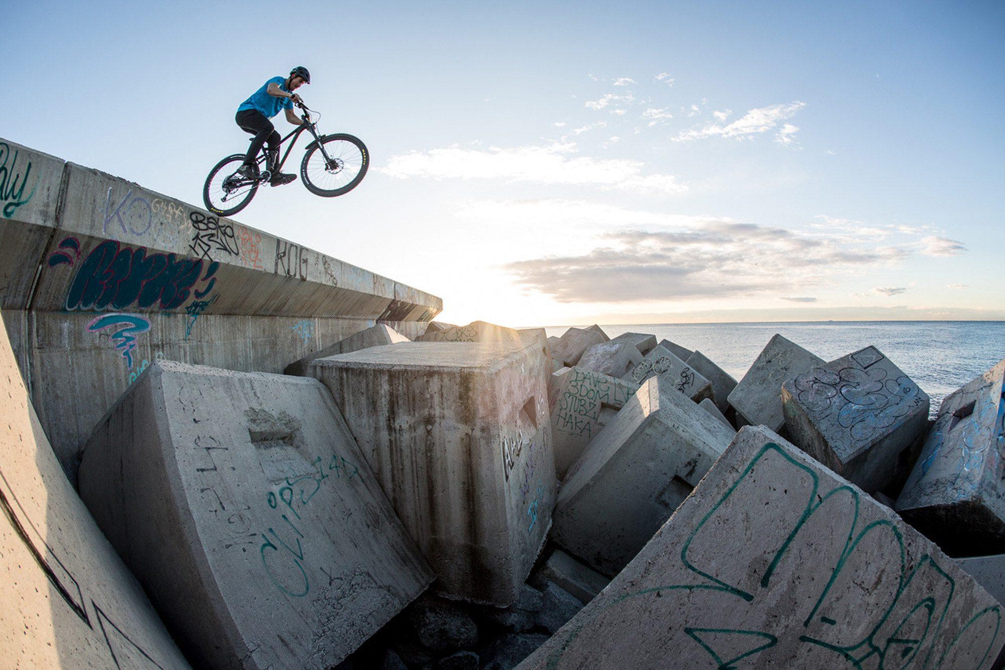 Dominik Raab springt von einer Mauer runter