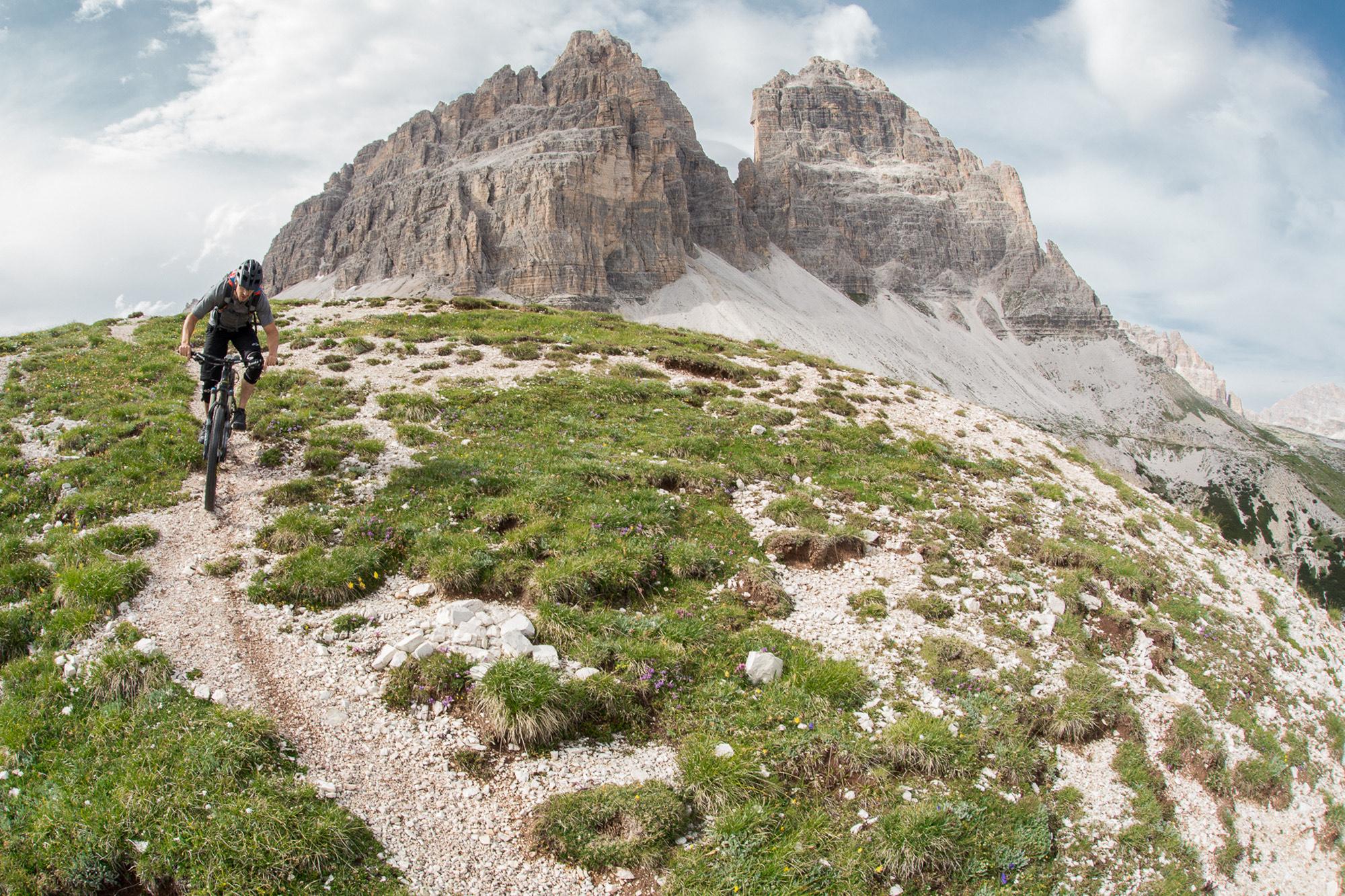 Dominik Raab auf seinem Mountainbike in der Nähe der Drei Zinnen