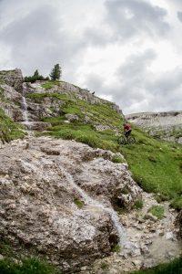 Dominik Raab muss einen Wasserfall überqueren