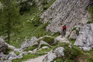 Dominik Raab fährt mit seinem Bike auf einen Berg rauf
