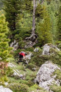 Dominik Raab fährt mit seinem Fahrrad zwischen Felsen in den Dolomiten