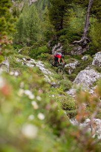 Dominik Raab fährt mit seinem Mountainbike einen schwierigen Weg