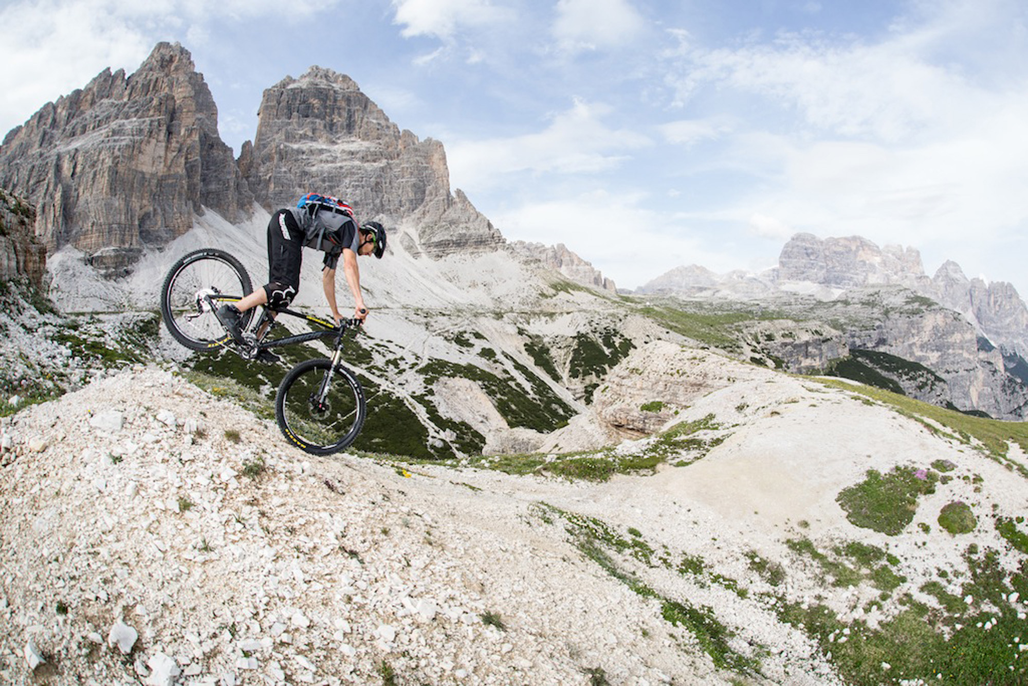 Dominik Raab fährt am Vorderrad in den Dolomiten
