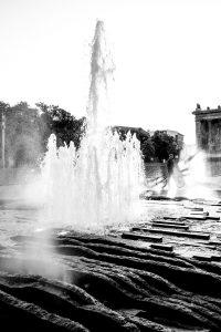 Dominik Raab steht bei einem Brunnen in Berlin