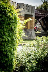 Dominik Raab macht einen Wallride in Berlin