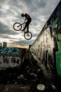 Dominik Raab sprungt mit dem Trialbike von der Berlin Wall runter