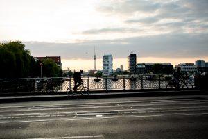 Dominik Raab auf der Suche nach Locations in Berlin