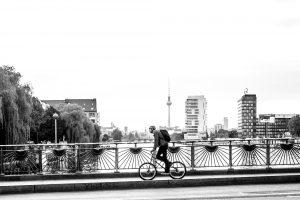 Dominik Raab bei Fotoaufnahmen in Berlin