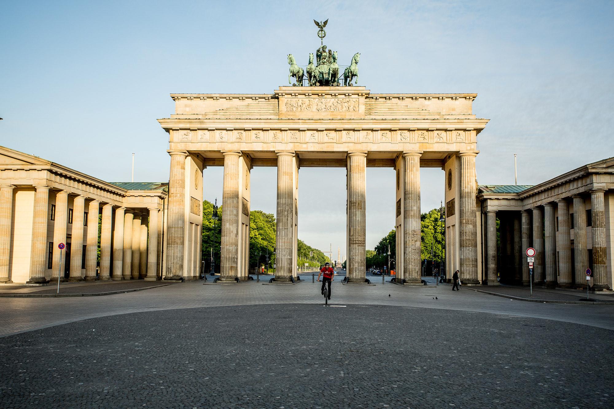 Dominik auf seinem Trialbike vor dem Brandenburger Tor