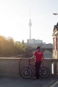 Dominik Raab schaut Richtung Fernsehturm