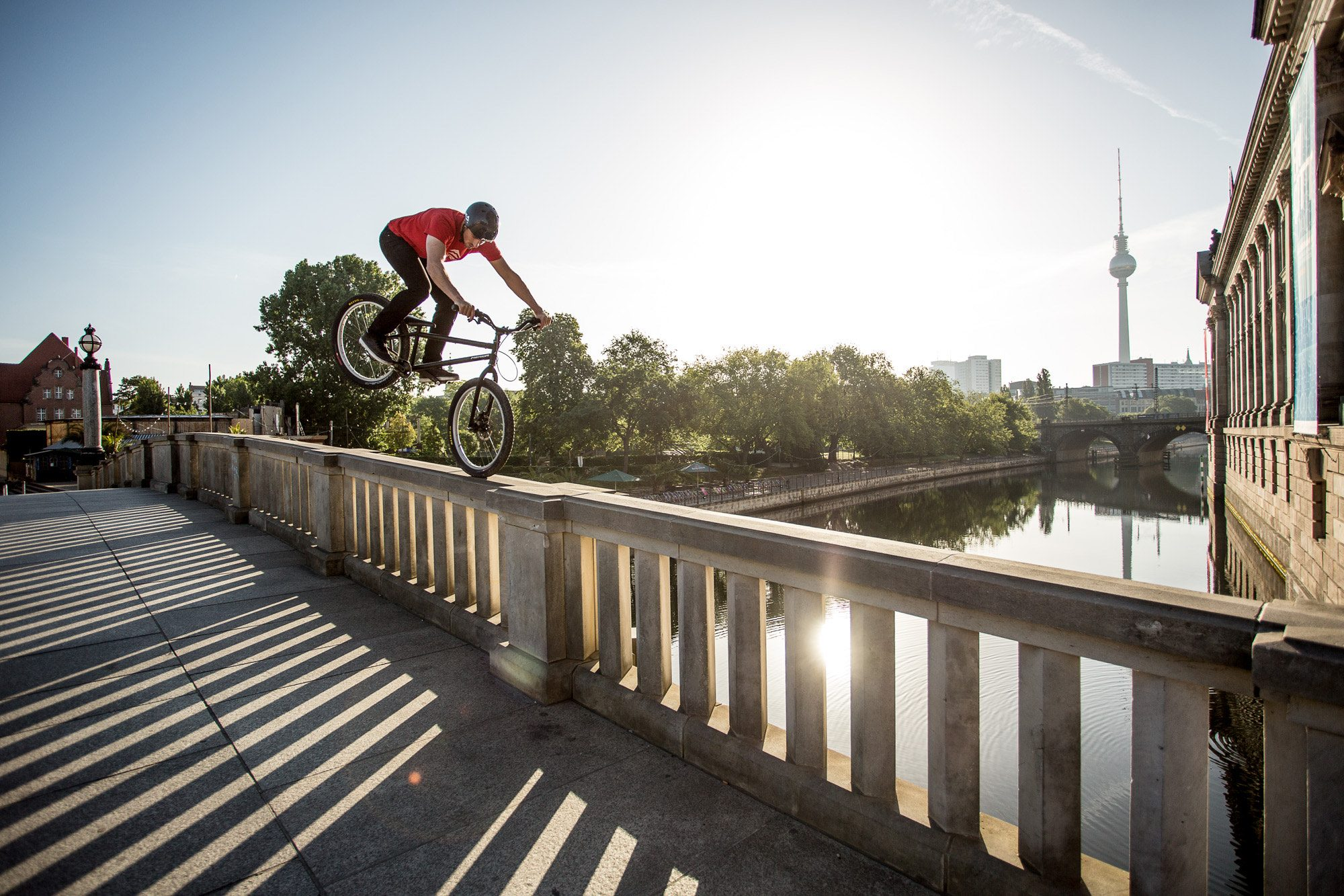 Dominik Raab auf einer Brücke in Berlin