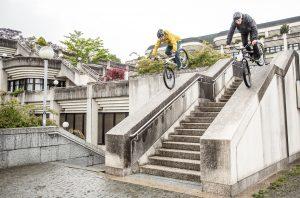 Dominik Raab und Hans Rey fahren auf dem Vorderrad