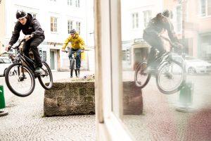 Dominik Raab und Hans Rey fahren über eine Mauer in der Altstadt in Linz