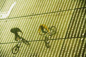 Dominik Raab uns Hans Rey machen Kunststücke auf ihren Bikes beim Lentos in Linz