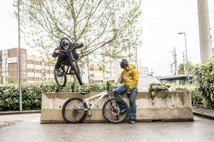 Dominik Raab macht einen Bunnyhop über eine Betonabsperrung