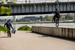 Dominik Raab rollt am Hinterrad auf einer Mauer in Linz