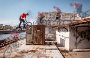 Dominik Raab springt mit seinem Trialbike auf einen Blechcontainer auf einem Schiff