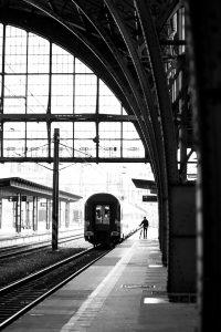 Dominik Raab wartet auf den Zug in Prag