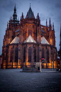Dominik Raab springt von einem Brunnen in der Prager Altstadt