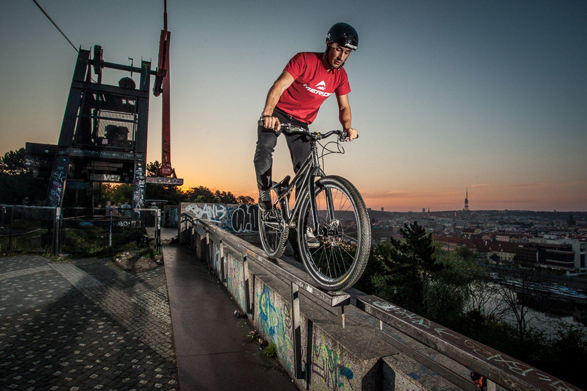 Dominik fährt auf einem Rail in Prag