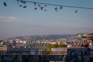 Dominik Raab blickt über Prag
