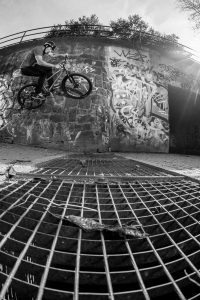 Dominik Raab macht einen Wallride bei einem Fotoshooting in Prag