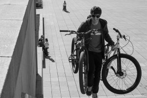 Dominik Raab trägt zwei Trialbikes Stufen in Prag hoch