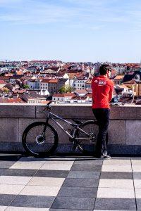 Dominik Raab lehnt an einer Mauer und schaut über Prag