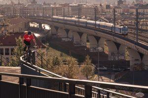 Dominik Raab fährt auf einem Rail in Prag