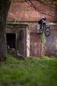 Dominik Raab springt von einer Mauer in Prag