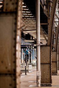 Dominik Raab springt auf ein Geländer am Prager Bahnhof
