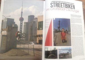 Dominik Raab und sein Fahrrad in der Metropole Shanghai