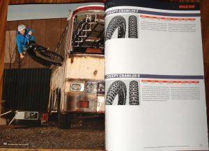 Der Maxxis Katalog mit einem Bild von Dominik Raab und Mountainbike Reifen