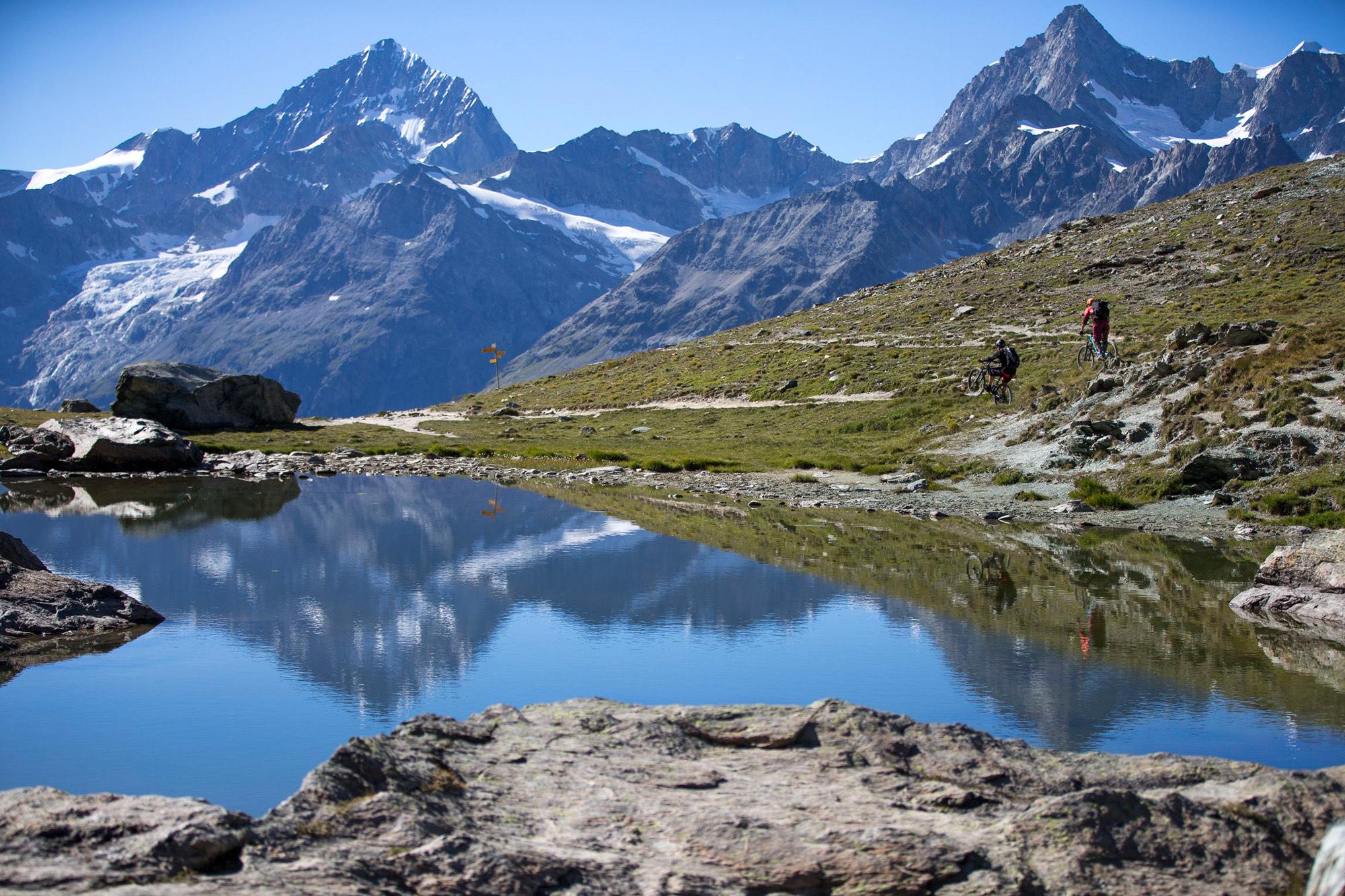 Dominik Raab und Alban Aubert fahren mit ihren Merida Mountainbikes auf den Trails in Zermatt