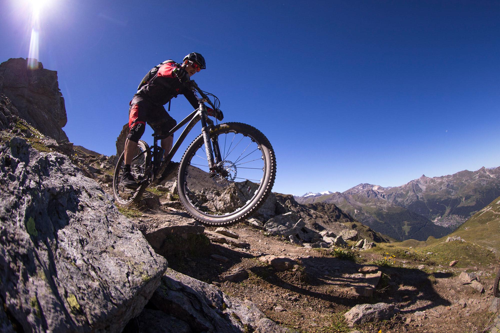 Dominik Raab fährt mit dem Mountainbike in den Alpen