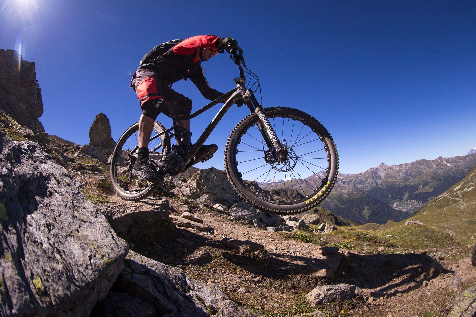 Dominik Raab beim Mountainbiken in der Schweiz