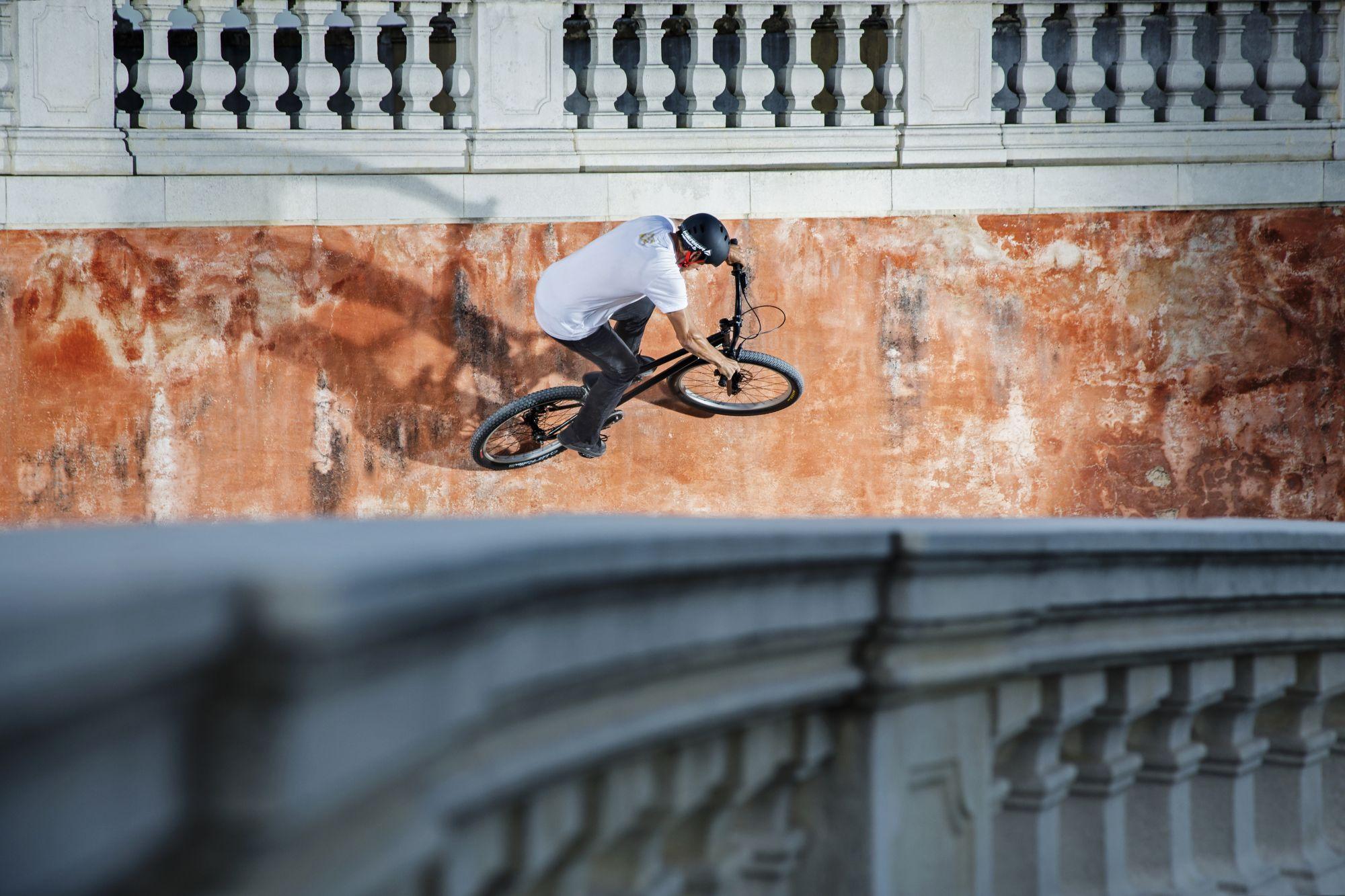 Dominik Raab fährt einen Wallride im Schloss Hof